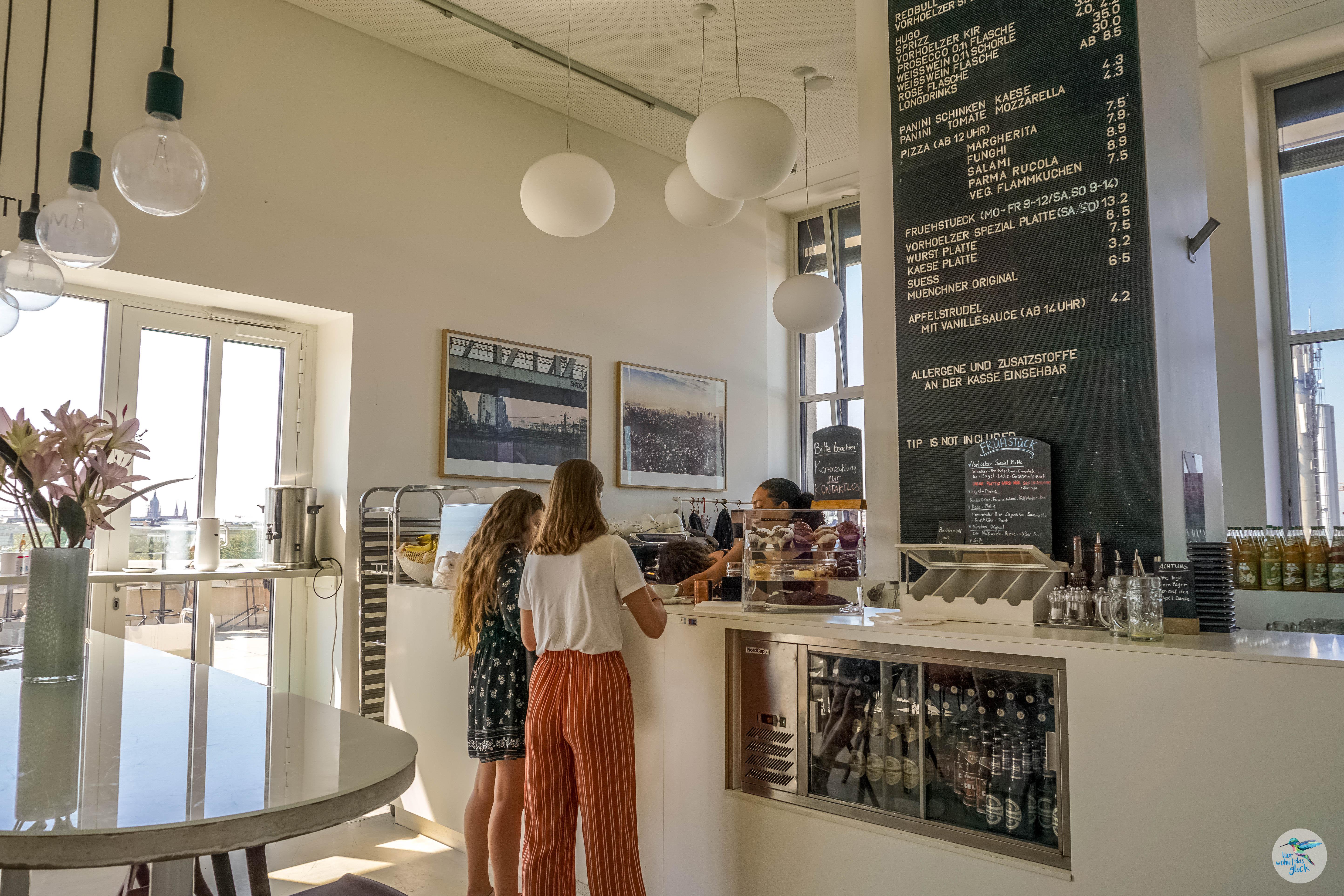 Studentische Atmosphäre im Café Vorhoelzer in München