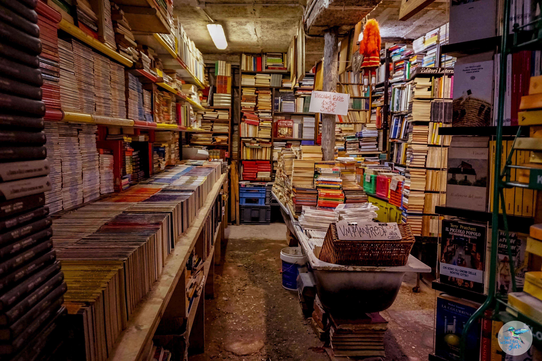 """Venedig: in Scheibtruhen, Gondeln und co. stapeln sich jede Menge Bücher in der """"Libreria Acqua Alta"""""""