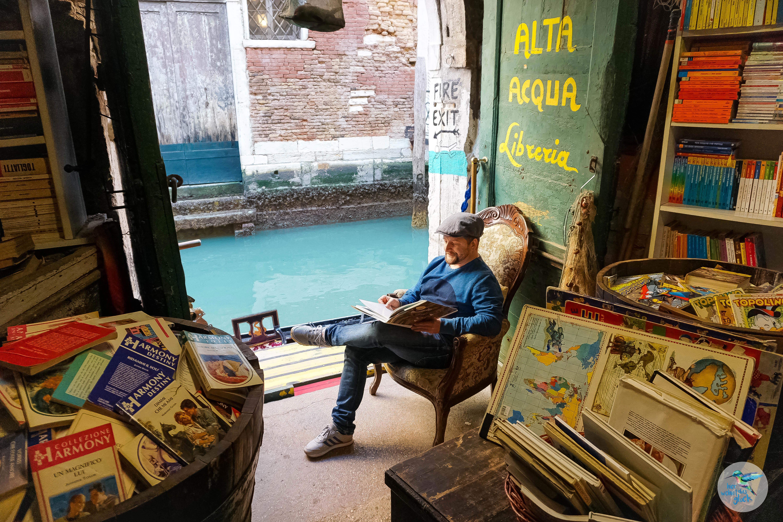 Venedig: Lesen direkt am Wasser